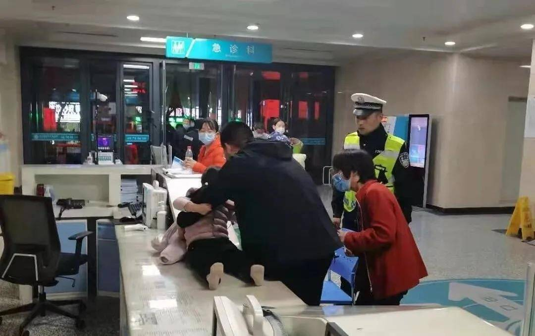 滨州一3岁小孩被异物卡住喉咙急需就医 危急时刻幸好有他们相助