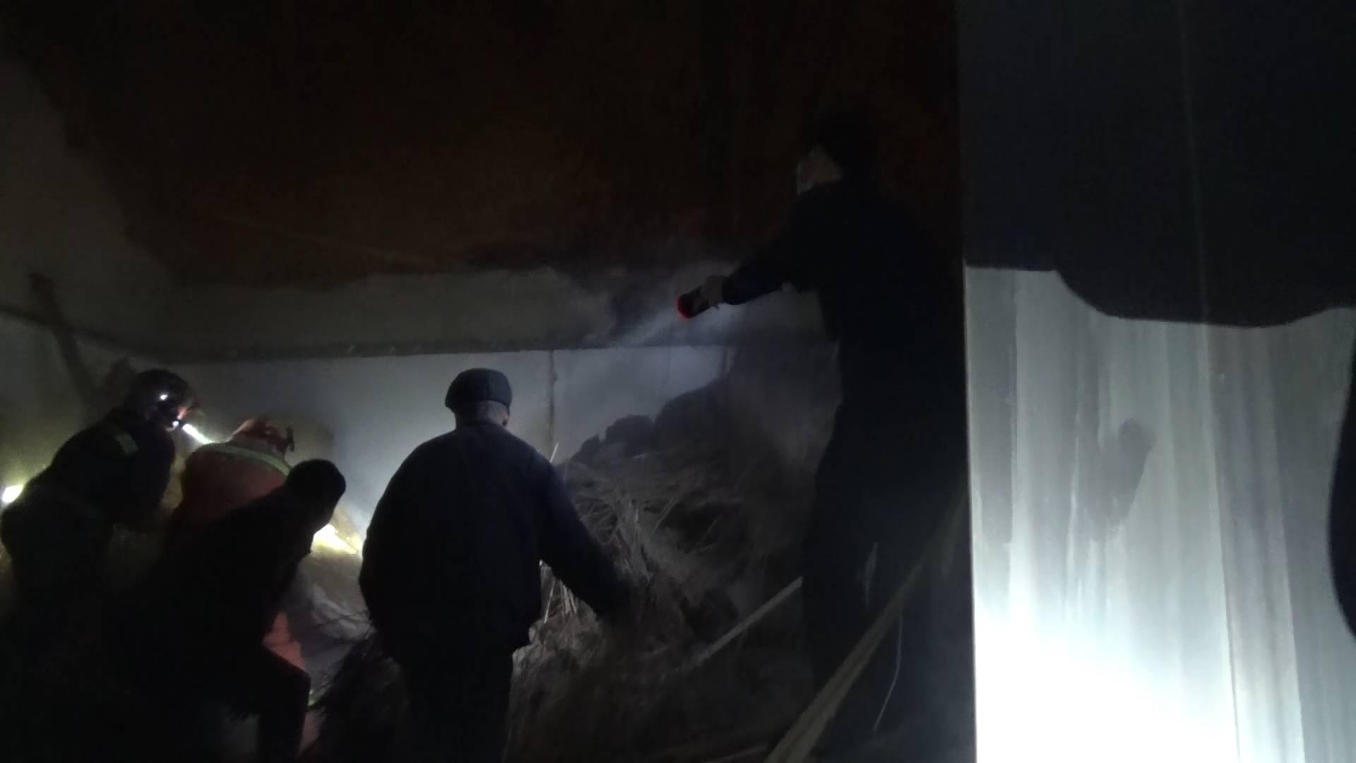 东营一房屋坍塌致一人被困 消防紧急救援