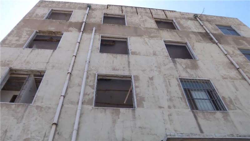 """""""搬家式""""盗窃 青岛闹市区31扇铝合金窗光天化日下被拆走"""
