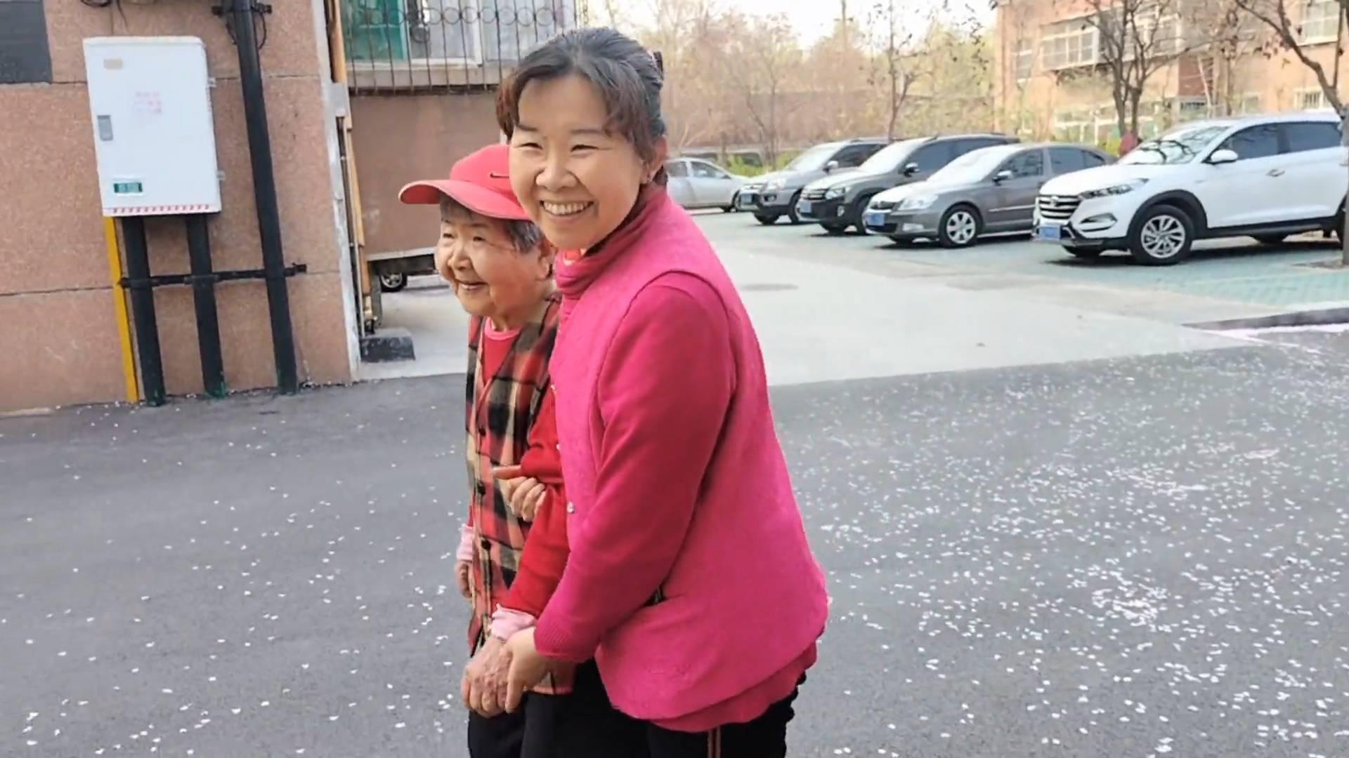 59秒|淄博:你养我小我养你老 母亲小脑萎缩女儿贴身陪伴