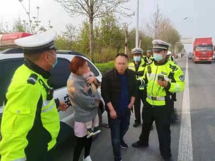 """淄博:父亲酒后送孩子就医 交警拦下后一个举动让他""""羞愧"""""""