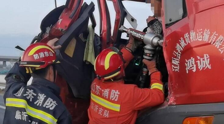 31秒|凌晨两辆半挂车追尾 临沂消防紧急救助被困司机