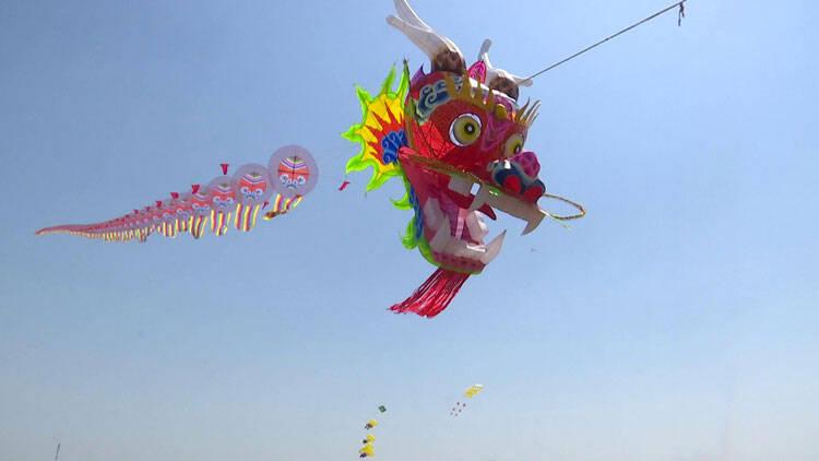 57秒 世界最大龙头蜈蚣风筝在潍坊滨海试飞成功