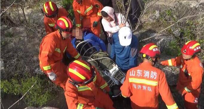 80秒|驴友登山不慎腿部摔骨折 临沂消防员翻山越岭2小时将伤者抬下山