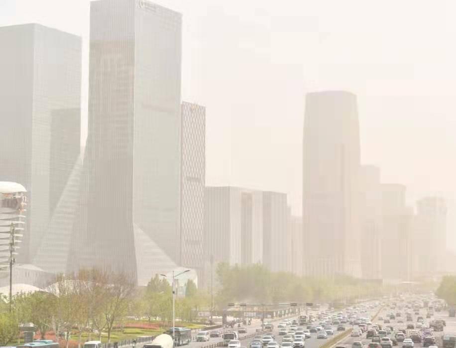 沙尘来袭,济南经十东路cbd高楼群淹没在漫天黄沙之中