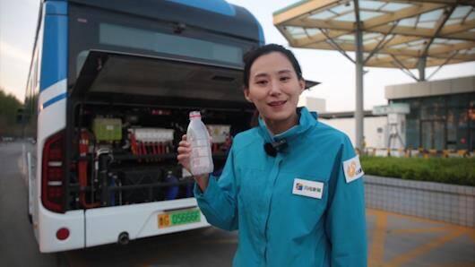 """58秒 公交尾气水能直接喝?原来是在车内部""""动了手脚"""""""