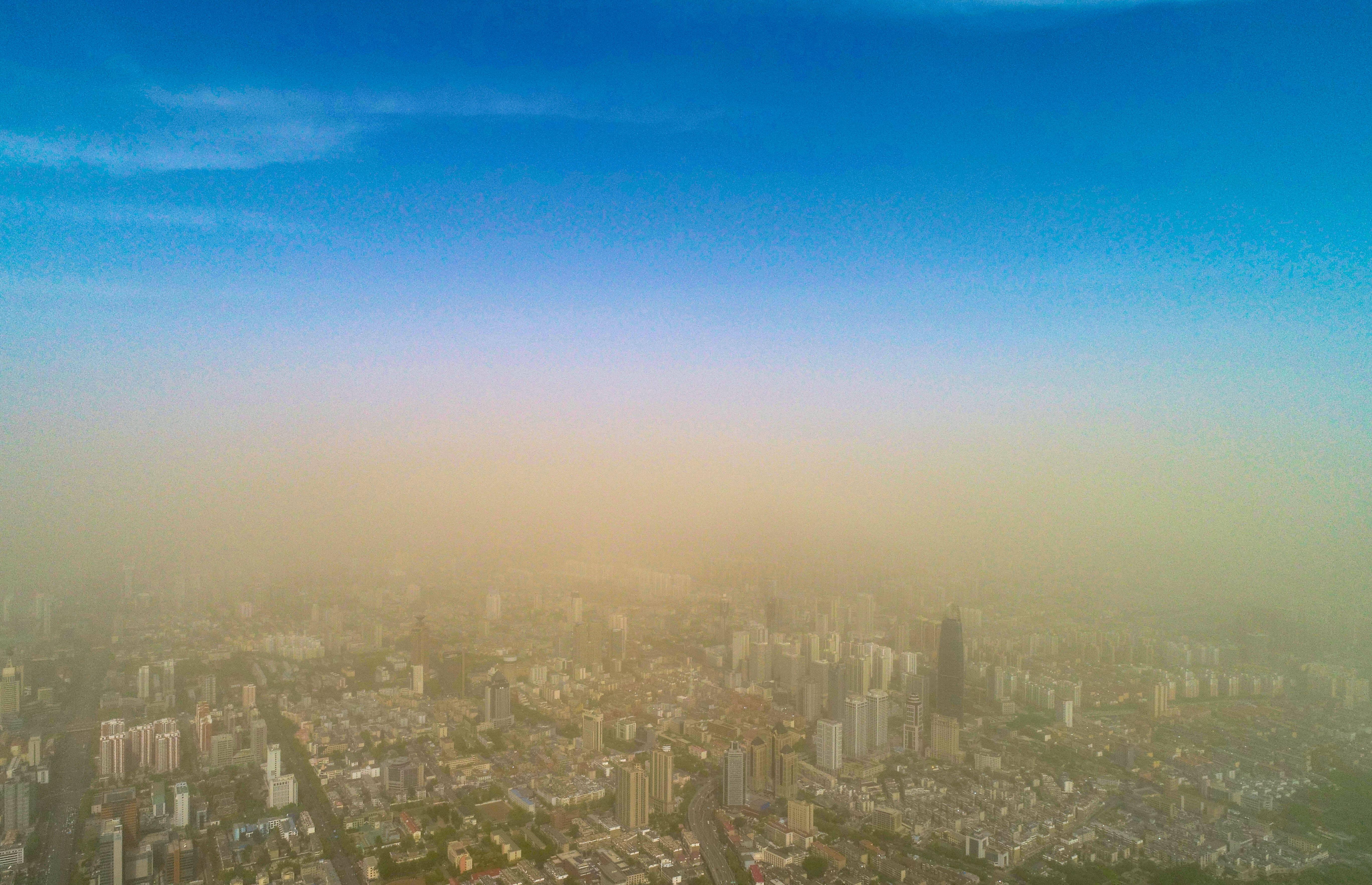 影像力丨扬沙浮尘围逼济南:沙尘上是蓝天白云 沙尘下是灰蒙蒙一片