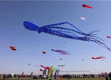 潍坊风筝会今日继续放飞 前往请合理选择出行方式