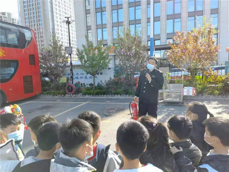 交通安全教育在路上!青岛安全科普教育基地迎来小学生体验者