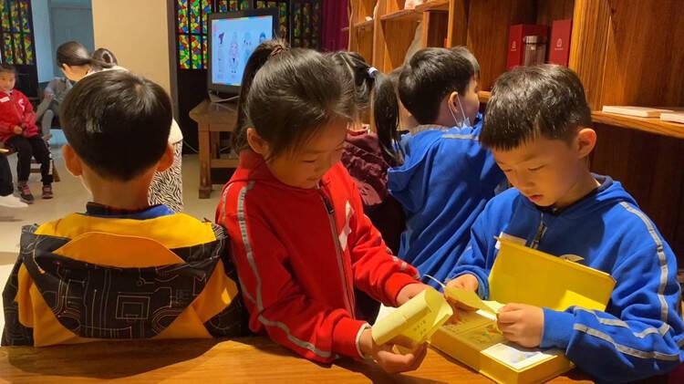 """看图猜诗 、诵读比赛 ……""""花样游戏"""" 让孩子们感受经典 爱上阅读"""
