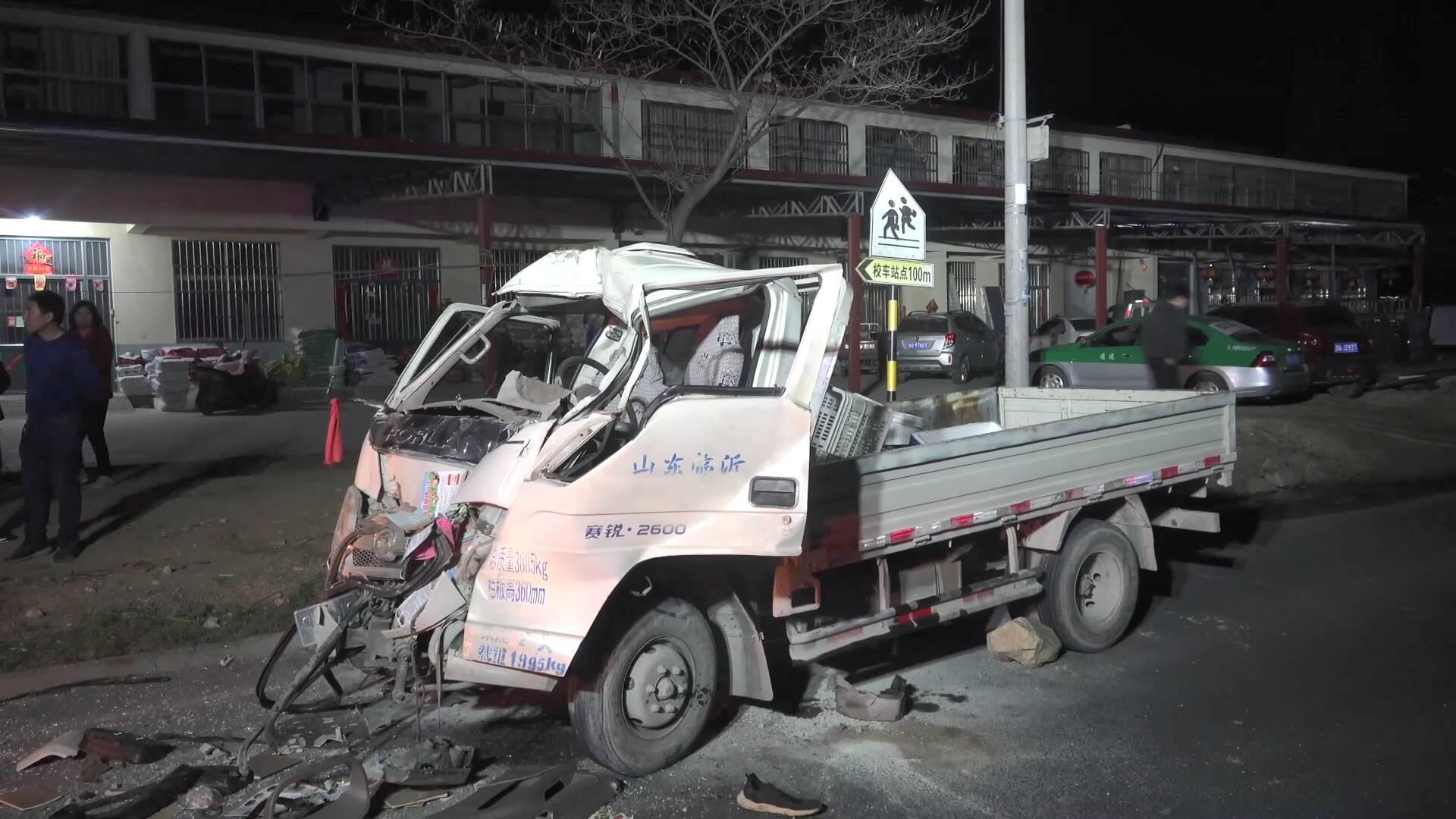 50秒|夜间行车一定要谨慎慢行!临沂两车追尾 驾驶室严重变形 一名司机被困