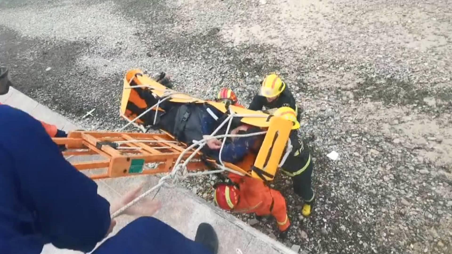 烟台男子赶海陷入险境 莱山消防紧急救援