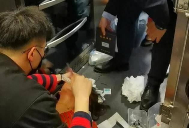 72秒   旅客突发疾病!青岛小伙跪地救人 高铁紧急停车