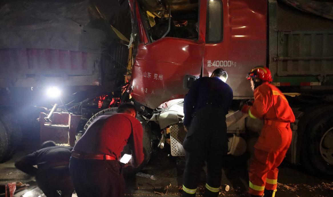 65秒|济宁:两车追尾司机被困 消防员火速救援