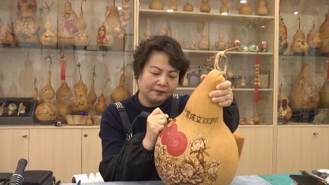 71秒丨潍坊非遗传承人制作精美烙画作品 庆祝中国共产党成立100周年