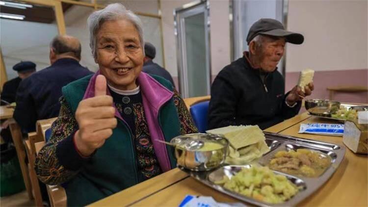 """49秒丨威海榮成又一家""""暖心食堂""""開業 讓老人食無憂"""