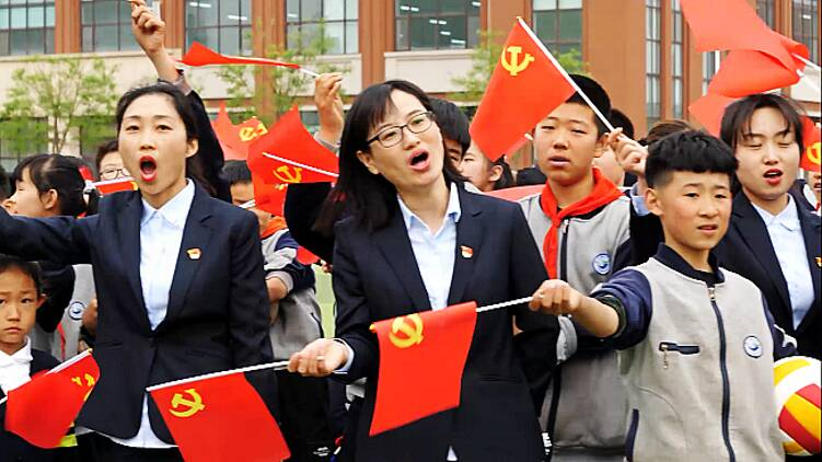 98秒|潍坊千余名师生歌唱红色歌曲 庆祝中国共产党成立100周年