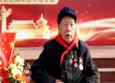 寿光:银杏树下学党史 听91岁老党员讲故事