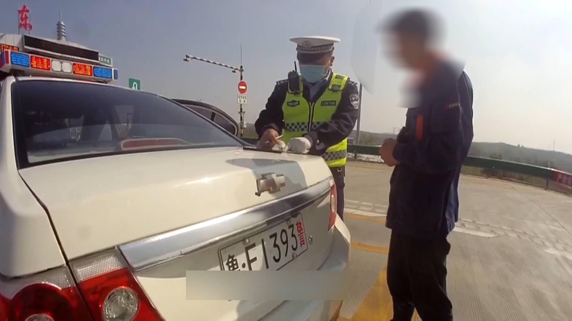 70秒|才出拘留所5天又被逮!男子连续无证驾驶被查一脸无奈