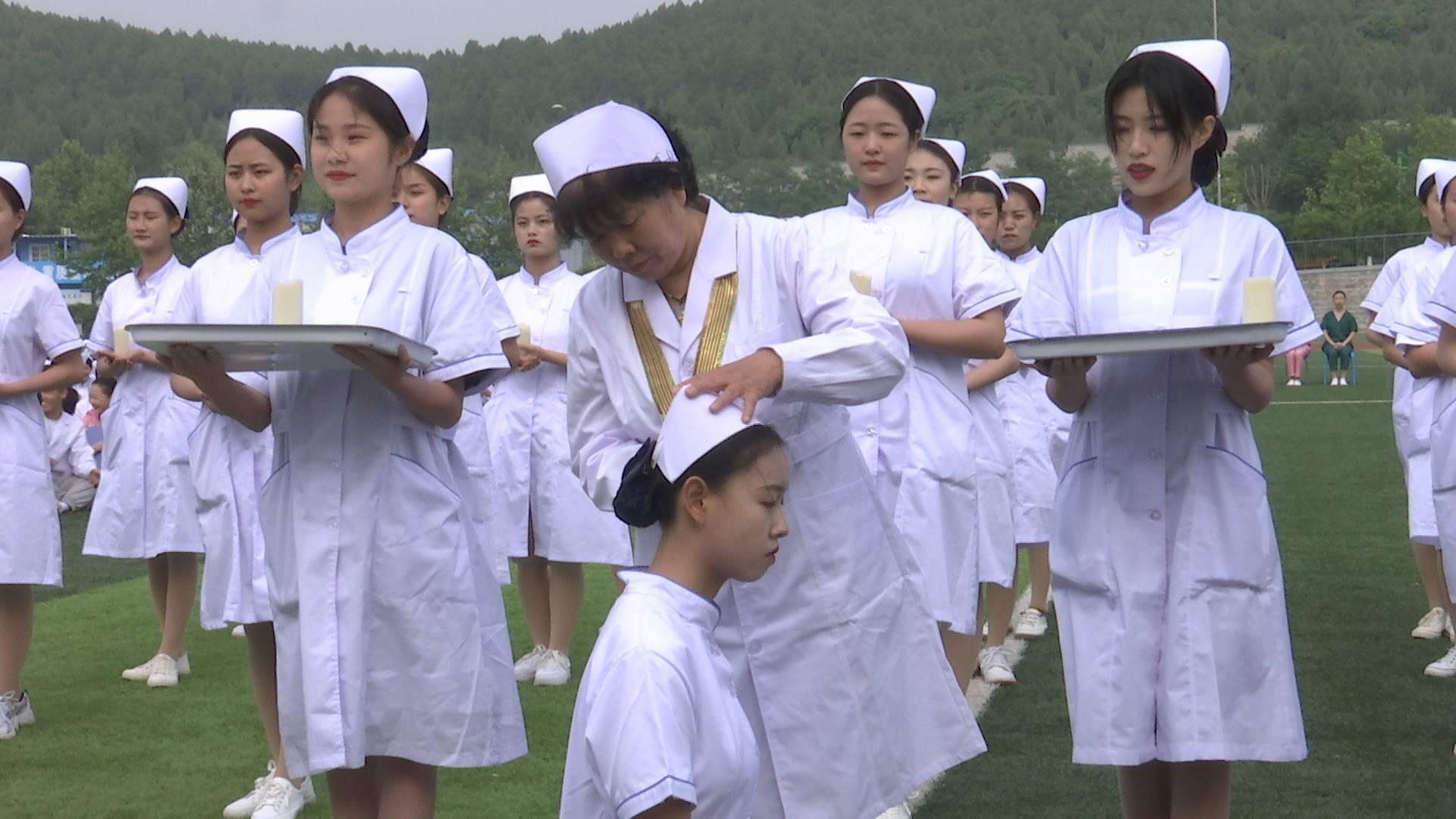 """做""""有温度的护士""""!济南护理职业学院""""授帽传烛""""迎护士节"""