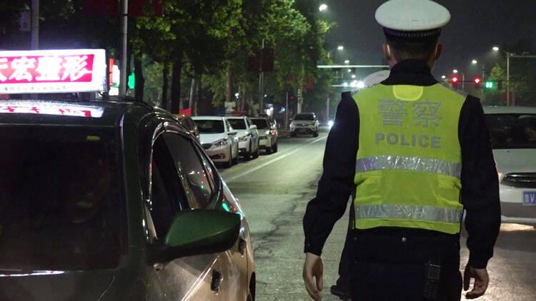 """电动车也不行!潍坊男子醉酒上路被查 面对交警直称""""我开的把式的"""""""