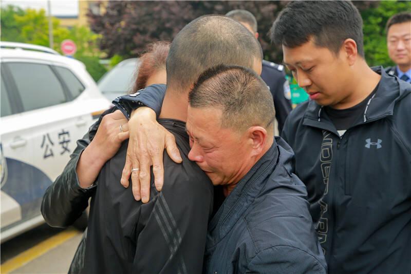 儿子 爸妈带你回家!失散28年 四川被拐小伙在青岛与父母相认