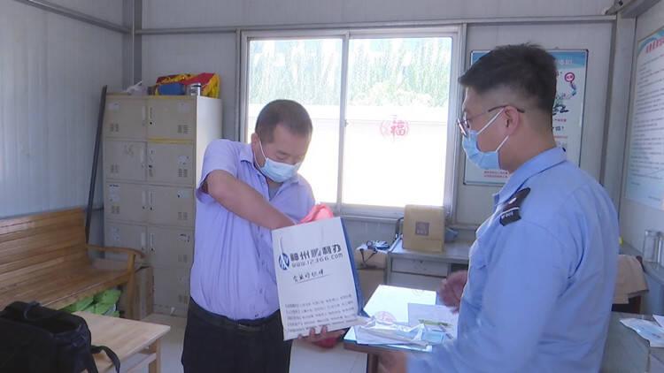 潍坊:粗心乘客10万元现金遗落公交车 公交司机帮找回