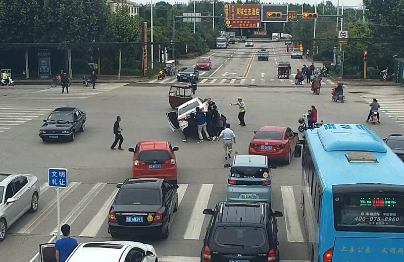 暖心!滕州交警、市民合力从轿车车轮下10秒抢出三岁男童