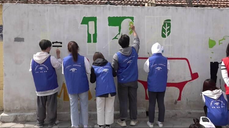 """一笔一划""""话""""安全!聊城大学生到小学附近绘了一面交通安全""""网红""""墙"""
