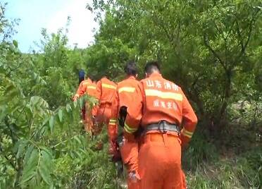威海里口山山頂一女子登山中暑 消防員徒步登山一小時成功救援