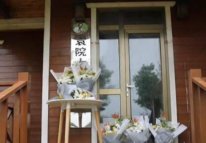 潍坊市民自发到寒亭区海水稻三产融合发展示范区袁隆平院士工作站悼念袁隆平院士