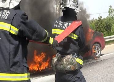驚險!汽車行駛途中自燃 威海消防緊急撲救