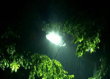 电闪雷鸣!山东多地昨夜出现雷阵雨,半岛10级大风,威海、烟台降下中雨