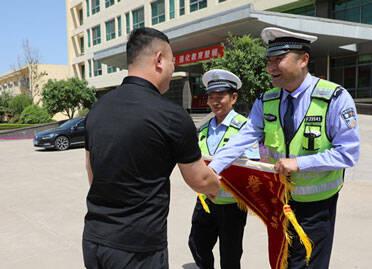 警民联手抓获被罚人 高密交警主动送上锦旗表谢意