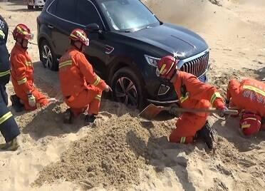 游客為看風景開車誤陷沙灘 威海消防幫助被困車輛成功脫險
