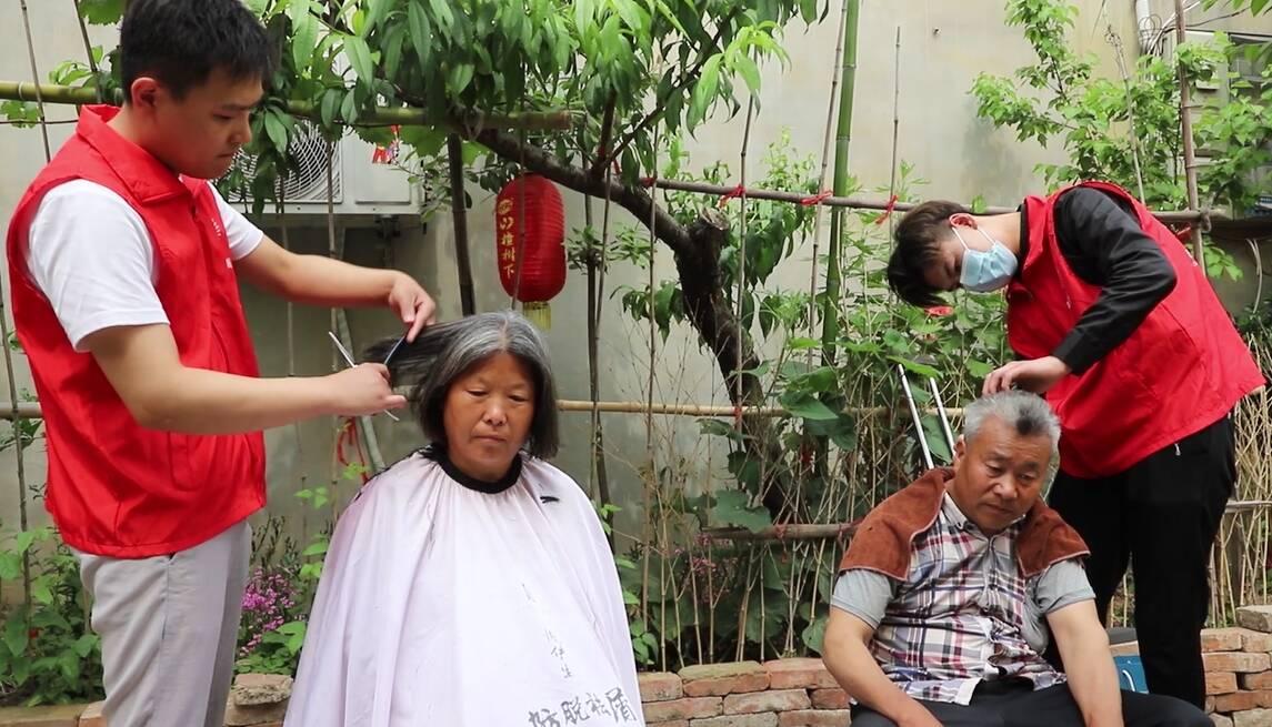 枣庄市峄城区底阁镇志愿者爱心义剪走到群众家门口