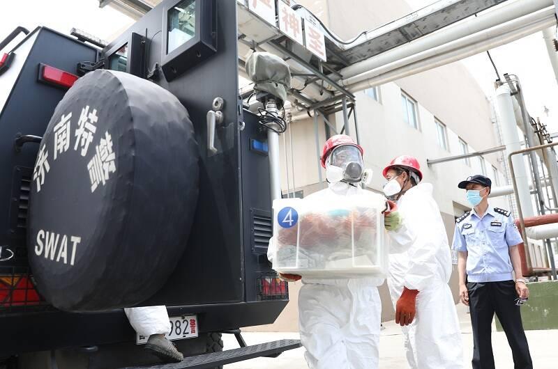 纸箱、行李箱排排堆放 济南今天集中销毁冰毒等1000公斤毒品