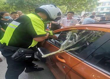 三岁男孩被锁车内 聊城铁骑交警果断破窗