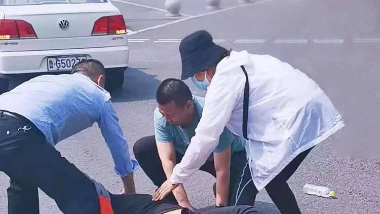 生死8分钟!3名高密警察街头救下突发急症病人