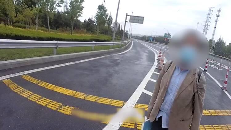 潍坊男子身无分文 威海高速交警执勤民警自费助其回家