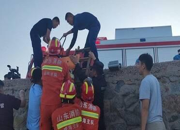 老人趕海受傷被困礁石 威海消防公安聯合緊急救援