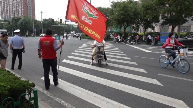 """""""红马甲""""和爱心企业齐出动 为潍坊高考考生保驾护航"""