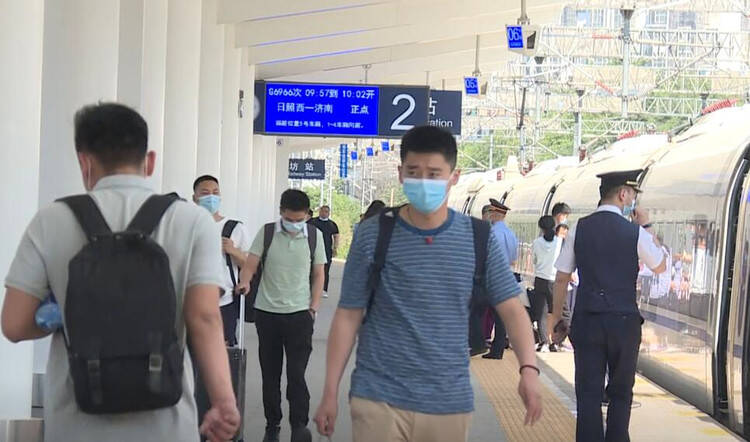 """潍坊火车站全国首推悬挂式""""电子客运员"""""""