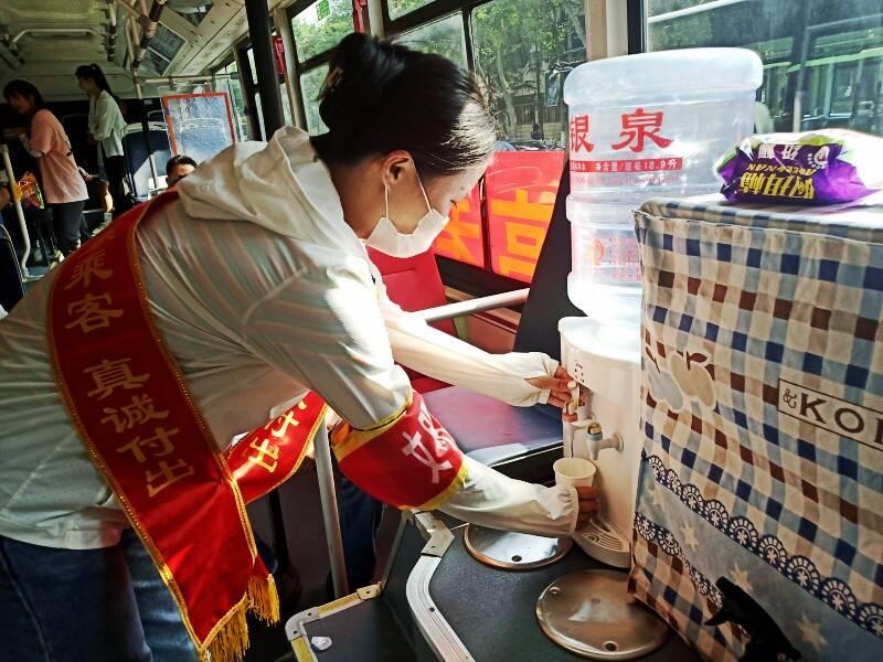 """空调、饮用水、口罩、药品统统免费用!潍坊公交车变身""""助力高考服务站"""""""
