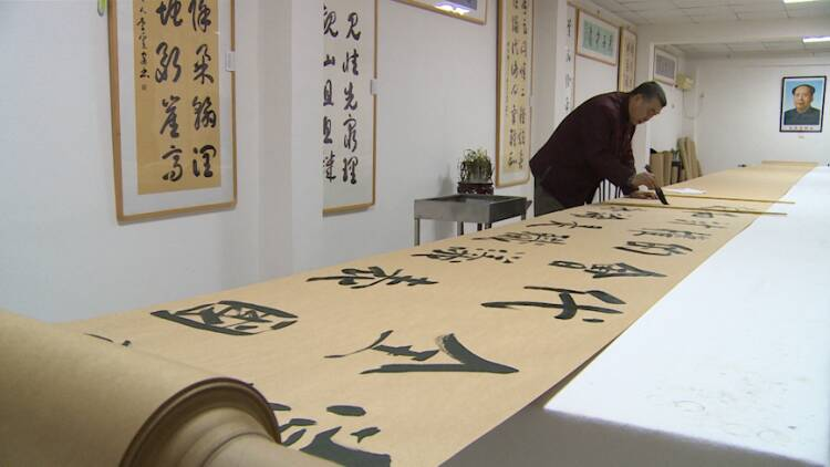 威海文登:万米长卷写党章 红心赤胆庆百年