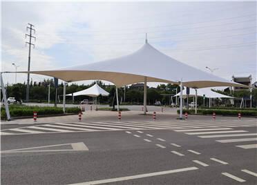 潍坊在主要路口和校门口家长接送处新建72座遮阳棚