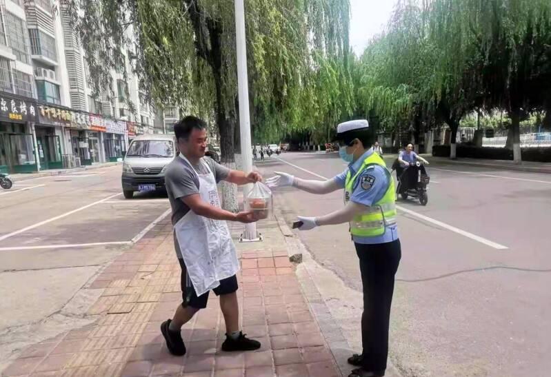暖心!泰安肥城一拉面店老板为高考执勤民警送上爱心午餐