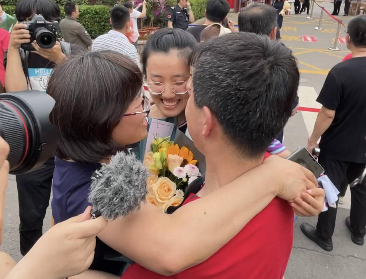鲜花、击掌、拥抱......山东部分考生完成高考科目 家长送上最美好的祝愿