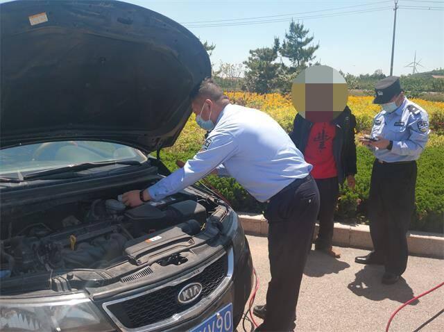 威海榮成:民警巡邏遇拋錨車輛上前幫忙 發現車主竟是百公里外的失聯人