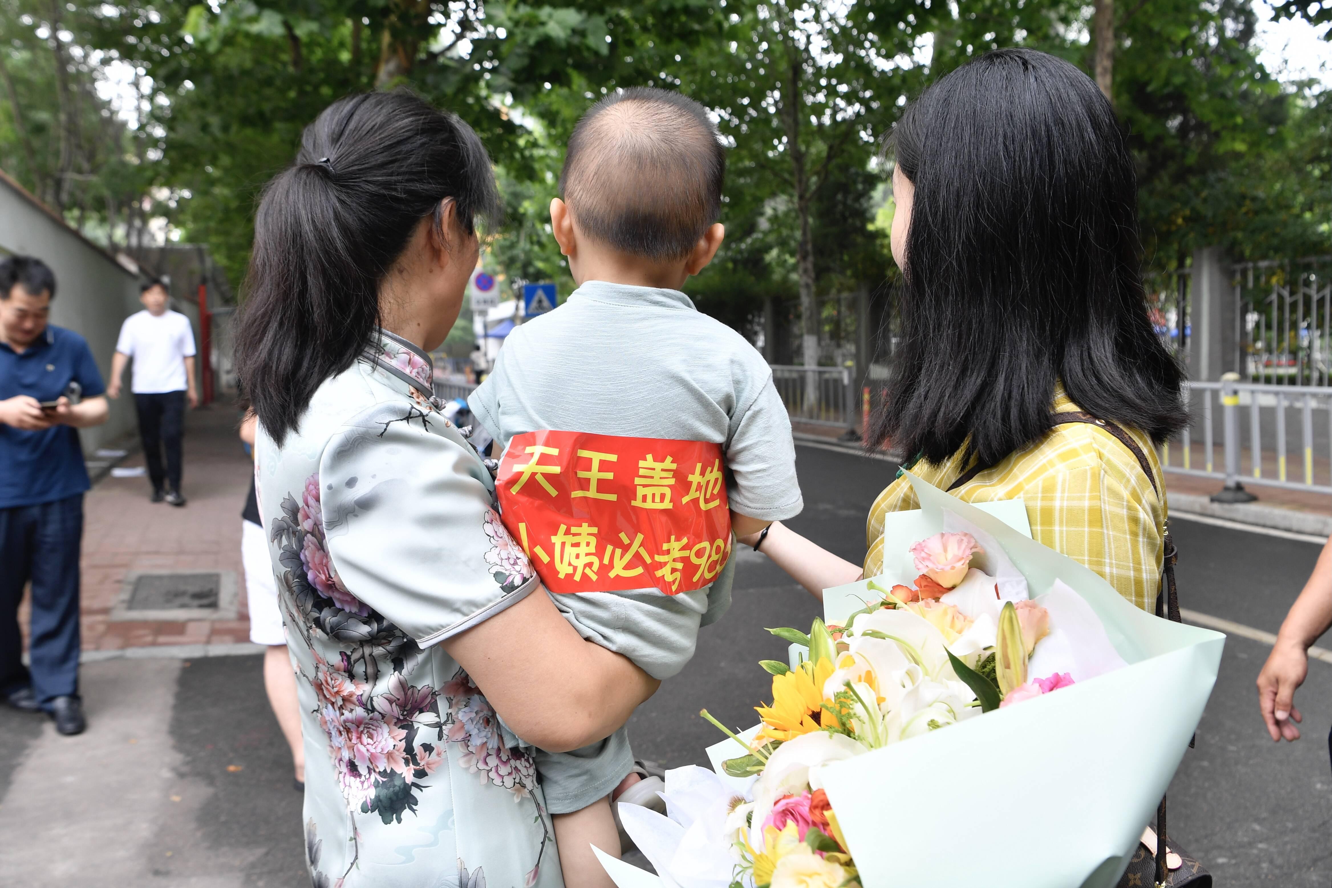 鲜花、拥抱、小黄鸭……镜头记录下高考最后一天的温情瞬间